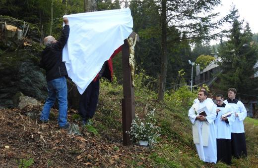 U kaple znovu stojí kříž