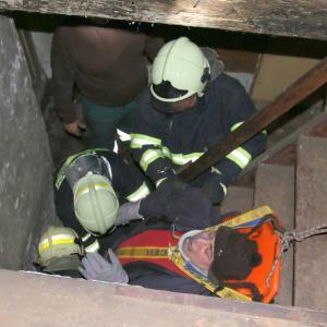 vyproštění zraněného hasiči, autor: JSDH Vrbno pod Pradědem