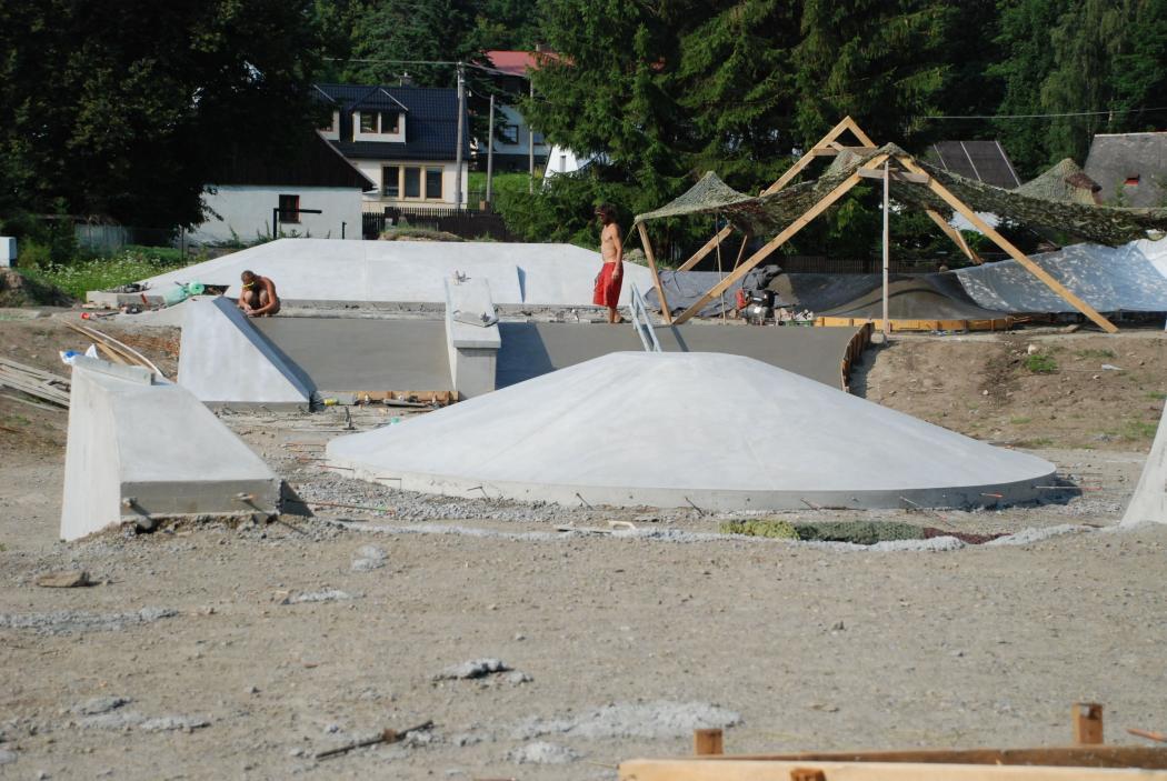Stavba skateparku, obrázek se otevře v novém okně